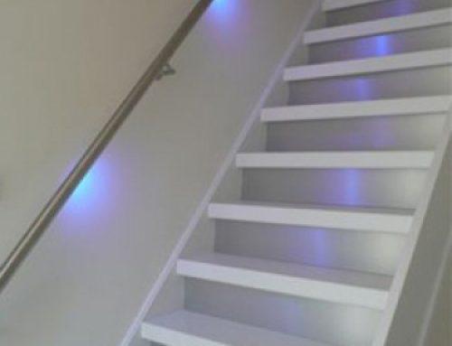 Een witte trap onderhouden
