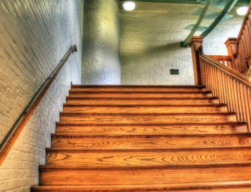 Een eiken trap onderhouden