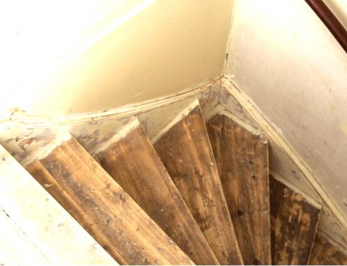 Waarom het een slecht idee is lijmresten zelf van je trap te verwijderen