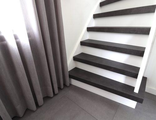 Een zwarte trap: modern & strak